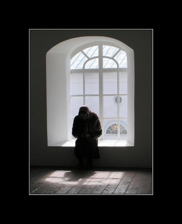 У окна