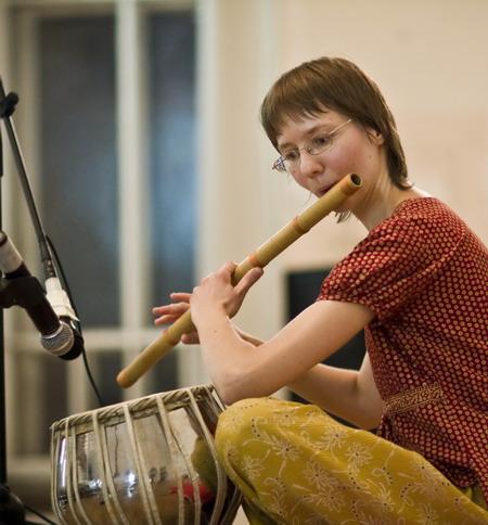 Анялунина играет на индийских барабанах Табла